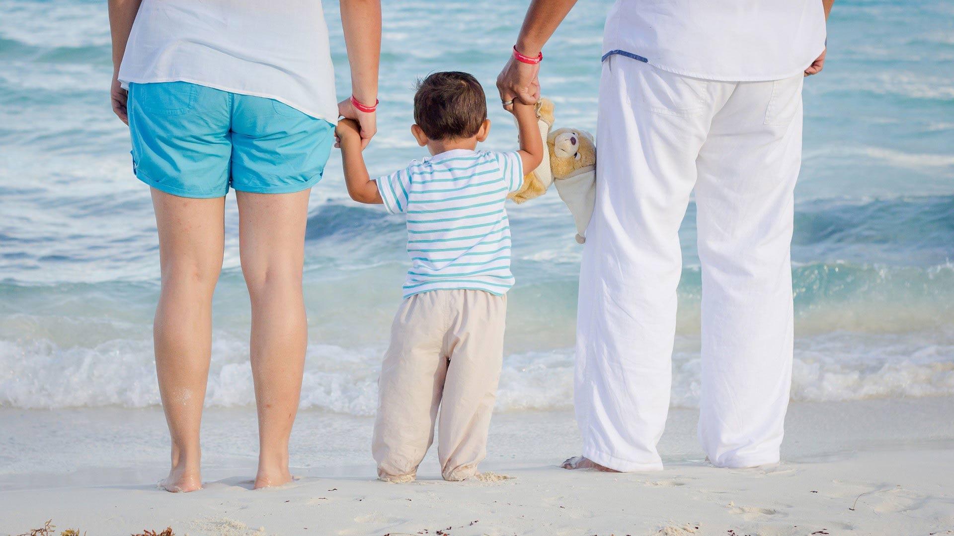 Un couple sur la plage avec son enfant
